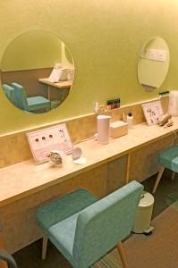 お席は4席ほど_セルフエステルーム風景_見やすい大き目のミラーがあります。